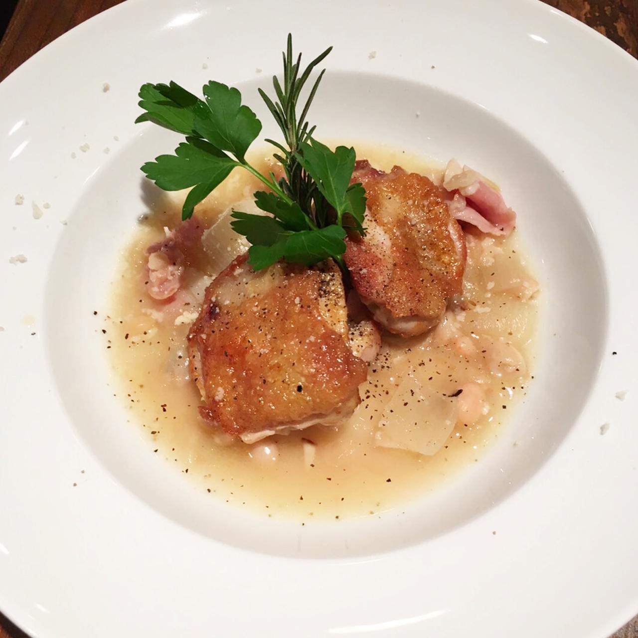 鶏モモ肉の鉄板焼き 白インゲン豆と生ハムのソース
