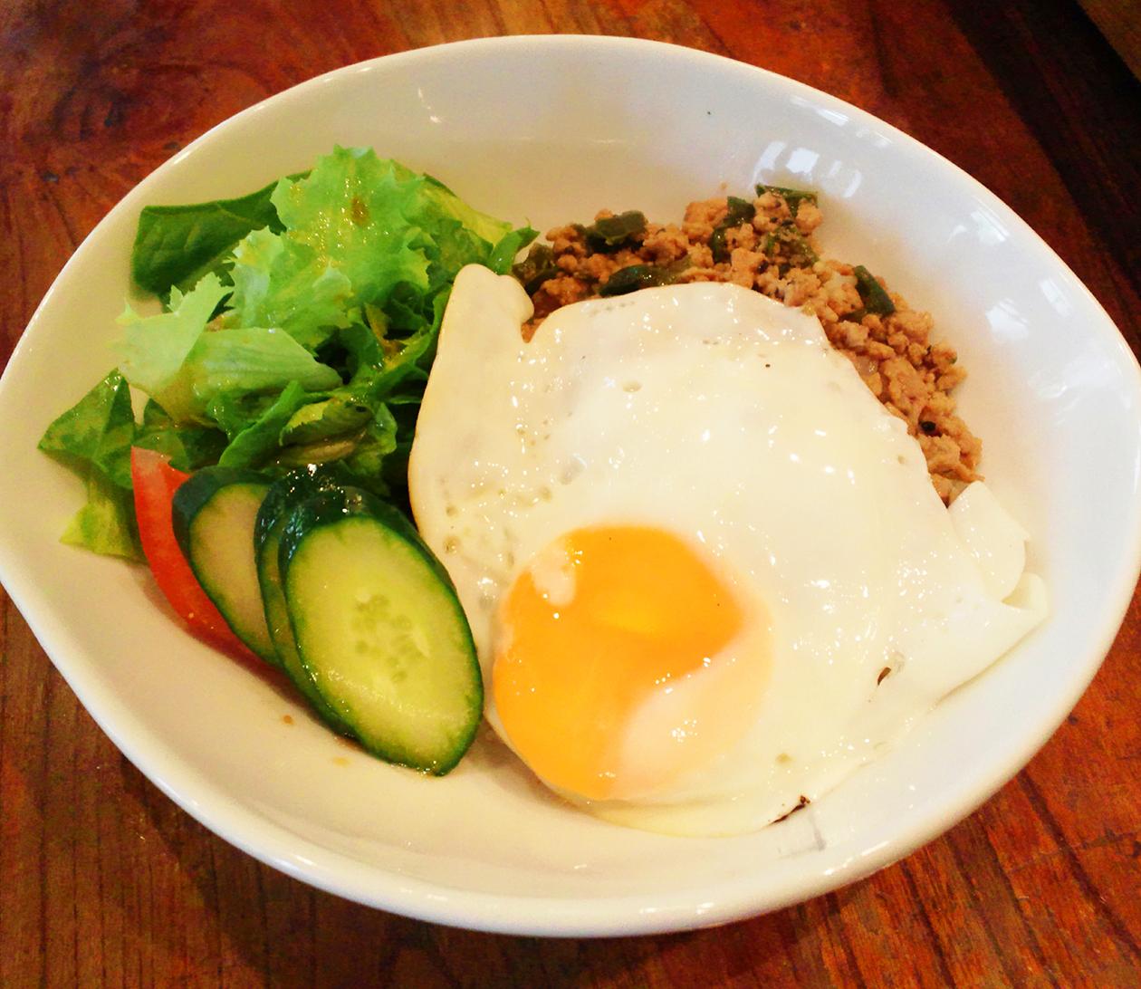 豚ひき肉のバジル炒めご飯